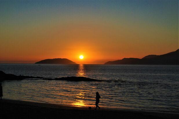 Pôr do Sol na Praia em Ilhabela - Pousada Banana Verde - Ilhabela.com.br