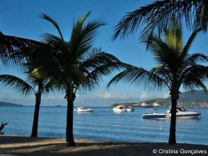 pousada-casa-amarela-ilhabela-praia-itaquanduba-barcos