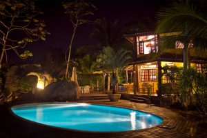 pousada-vila-das-pedras-piscina-noite-ilhabela
