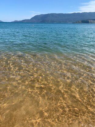 Mar transparente na praia grande - Ilhabela