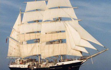 Em volta ao mundo, antigo navio a vela faz escala em Ilhabela