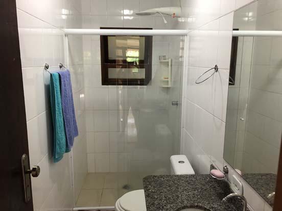 Banheiro com box de vidro - Chalés Família Reis