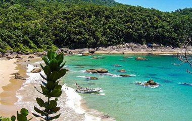 Praia da Caveira é destaque entre praias desertas de SP