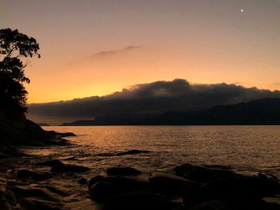 Pôr do Sol na costeira do sul de Ilhabela, perto da Praia do Oscar