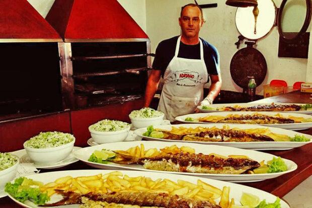 Comandante Adriano e seu tradicional peixe grelhado na brasa com recheio de camarão - Praia do Curral em Ilhabela