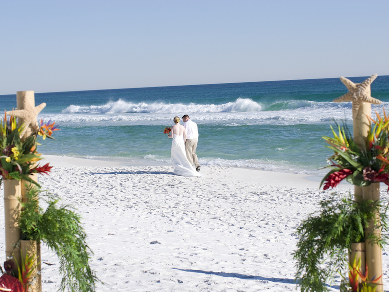 Noivo e noiva na praia (Imagem: Shawn Henning/Flickr) - Casamento em Ilhabela