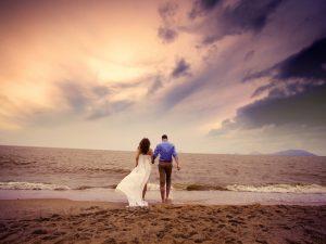 Noivos na praia (Imagem: Azchael/Flickr) - Casamento em Ilhabela