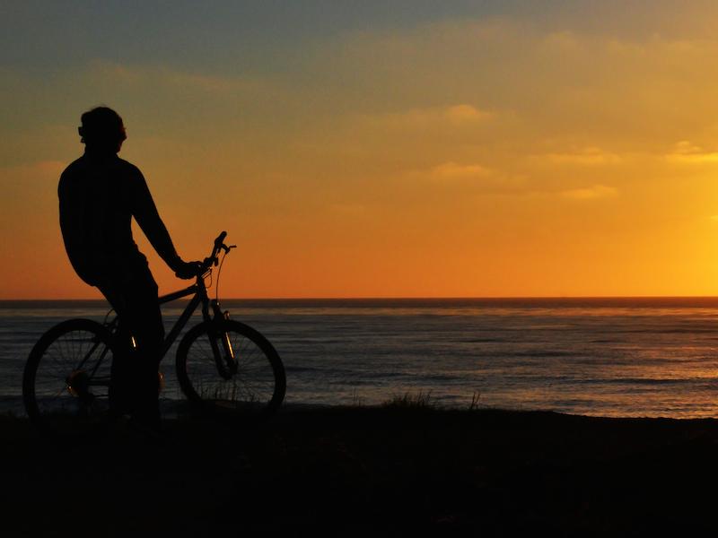 Andando de bicicleta no por do sol (Imagem: Flickr/ Floris Oosterveld)