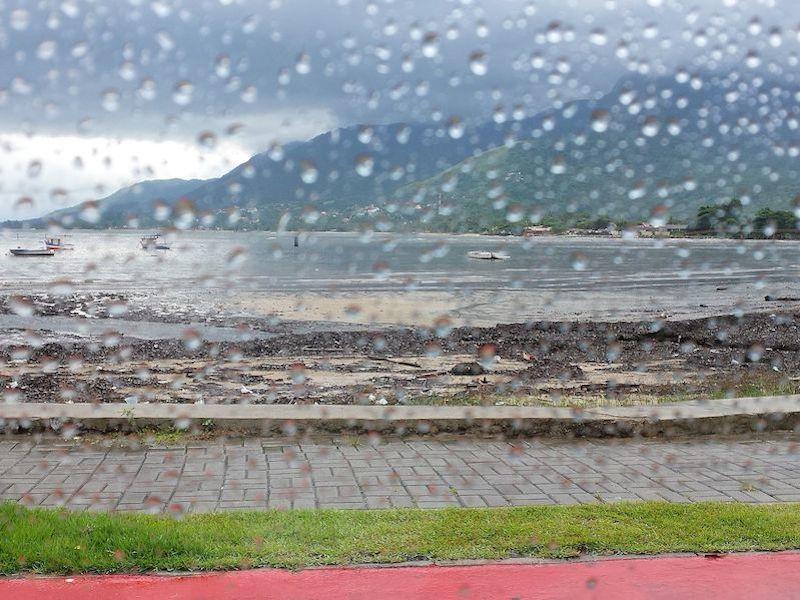 Ilhabela em dia de chuva (foto: wikimedia-commons_kathryn-elizabeth-loba-collins)