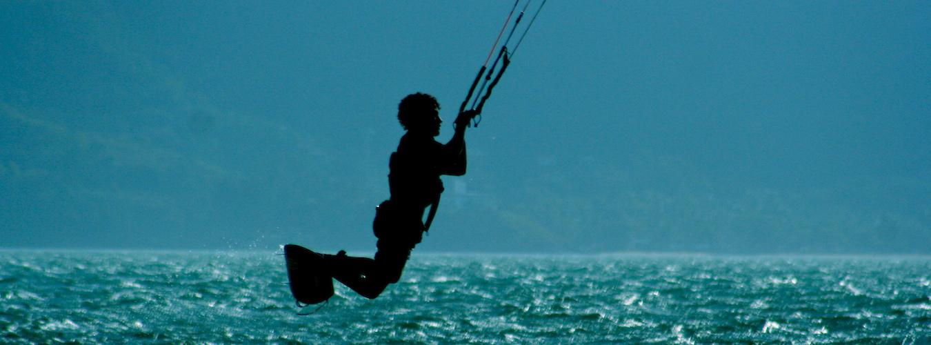 Kitesurfe no Norte de Ilhabela (Imagem: Flickr/Daniel Cukier)
