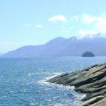 Pedras na Praia da Feiticeira - Sul de Ilhabela (Imagem: Wikimedia Commons/Carlos Maciel 40)