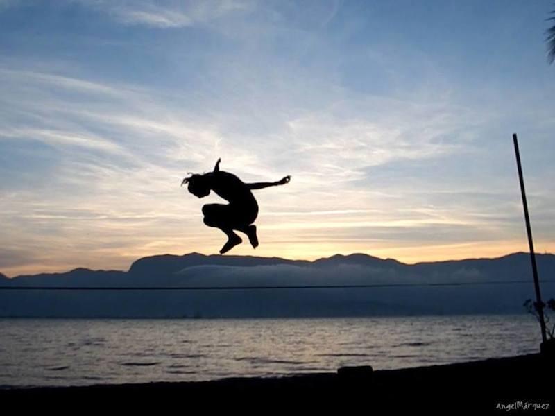 Slackline em Ilhabela (Imagem: Divulgação/Slackline Ilhabela)
