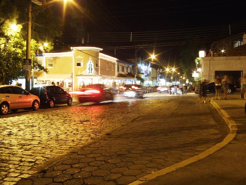 Vila a noite (Imagem: Flickr/Pedro de Carvalho Ponchio)