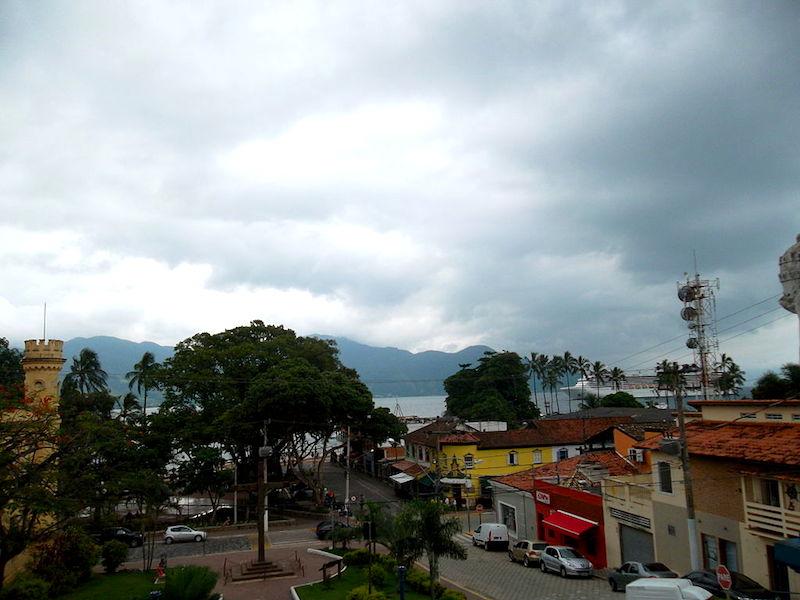 Vila em Ilhabela em dia nublado (foto: wikimedia-commons_rodrigo-lehsten)