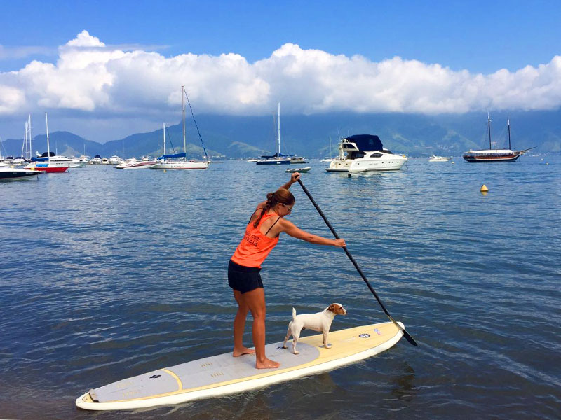 Stand up paddle em Ilhabela (Imagem: Arquivo Pessoal/Camila Berrini)