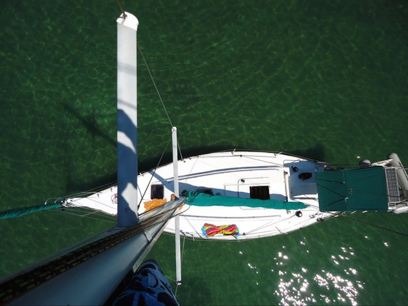 Barco a vela visto de cima (Imagem: Divulgação/Vini Vela Charters)