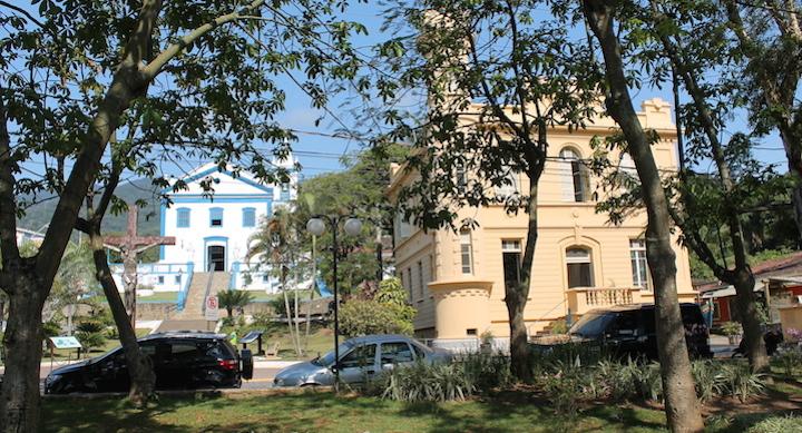 Matriz de Ilhabela ao lado do antigo Forum e Cadeia (Imagem: Arquivo Pessoal/Alessandra Stefani)