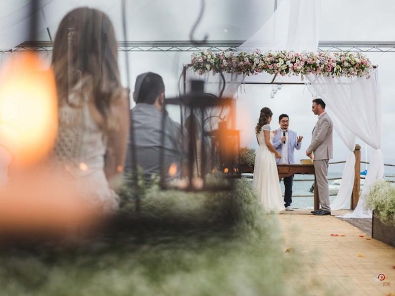Noivos casando no Pier 151 em Ilhabela (Imagem: Divulgação/Studio Job)