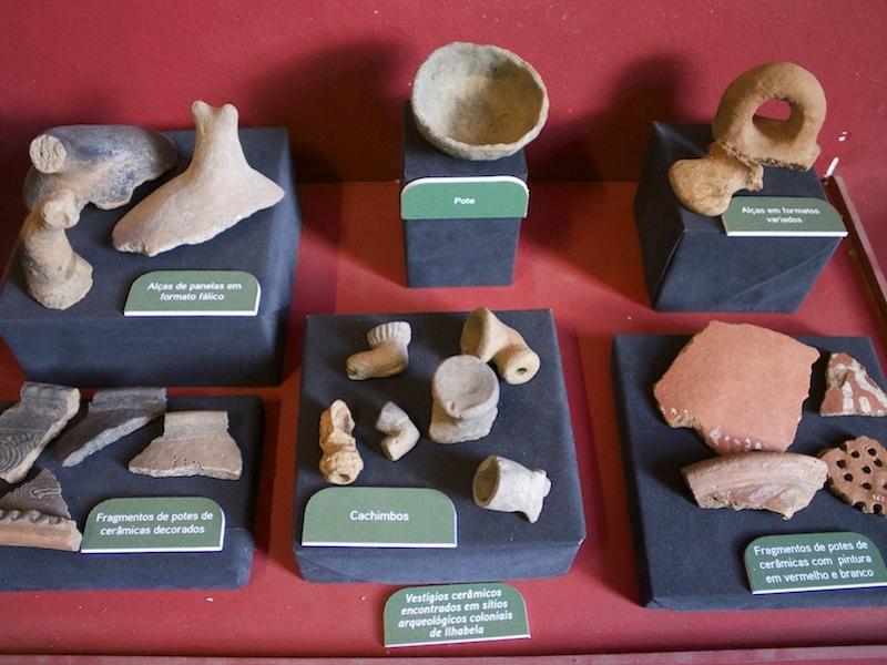 Peças da sala com exposição arqueológica (Imagem: Arquivo Pessoal/Alessandra Stefani)