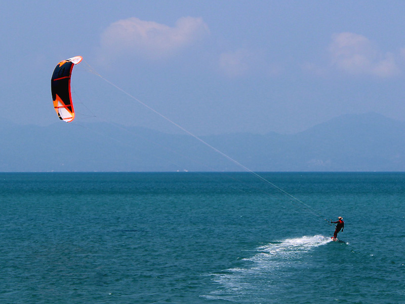 Praticante de kitesurfe (Imagem: Wikimedia Commons/Per Meistrup)