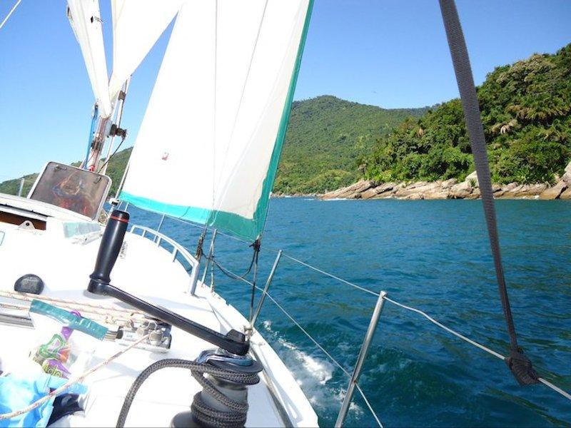 Veleiro dando a volta em Ilhabela (Imagem: Divulgação/Vini Vela Charters)