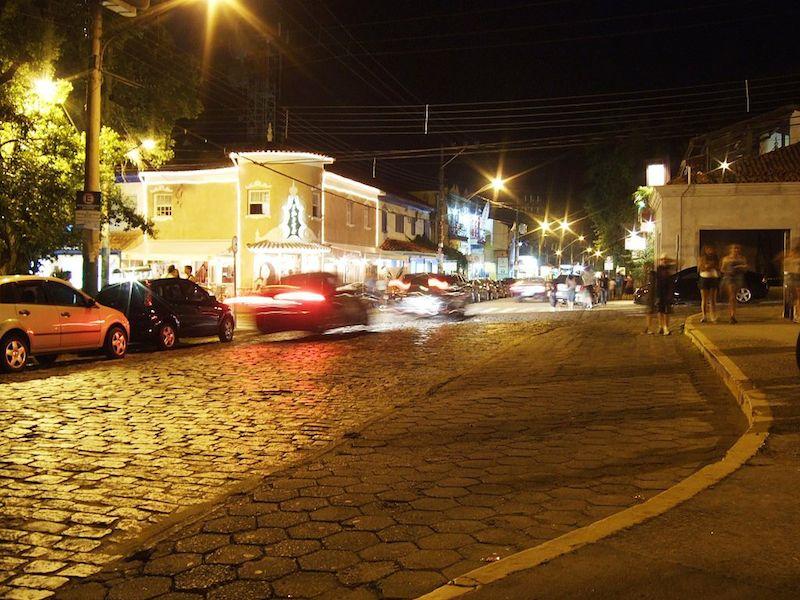 Vila durante a noite (Imagem: Pedro Henrique Ponchio/Wikimedia Commons)