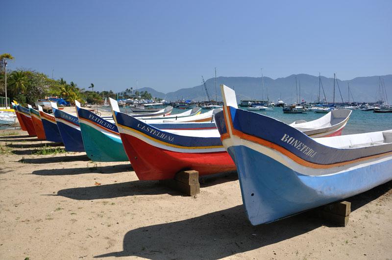 Canoas de voga na Praia de Santa Tereza em Ilhabela (imagem: Fernando Tomanik)