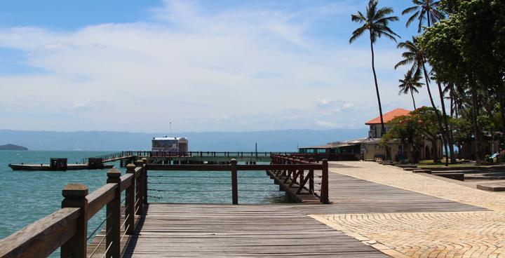 Vista lateral do Píer da Vila em Ilhabela (Imagem: Arquivo Pessoal / Cristina Morgato)