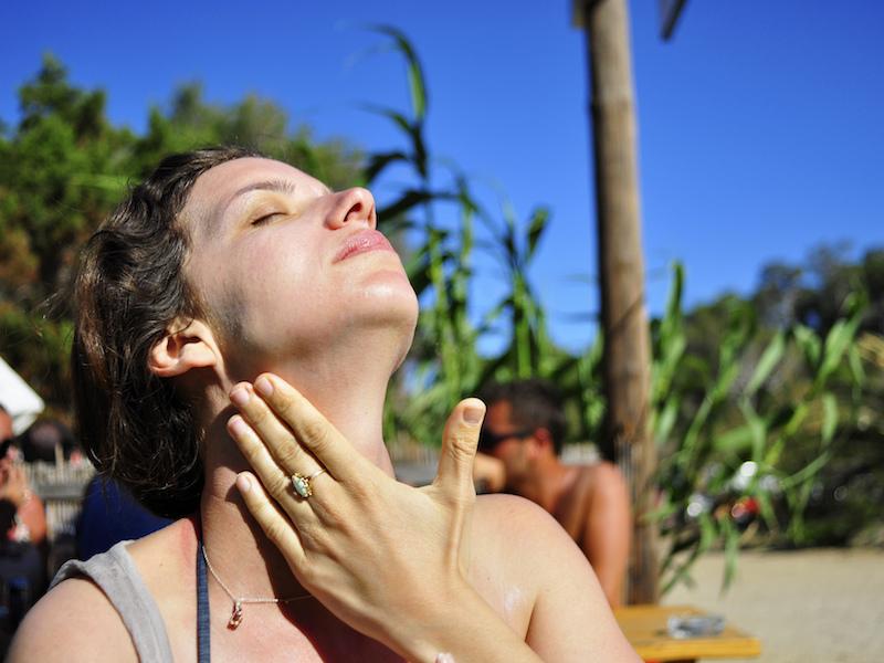 Protegendo o rosto do sol (Imagem: Flickr/Amir Illusion)