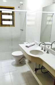 banheiro-yannai-chale-praia-ilhabela