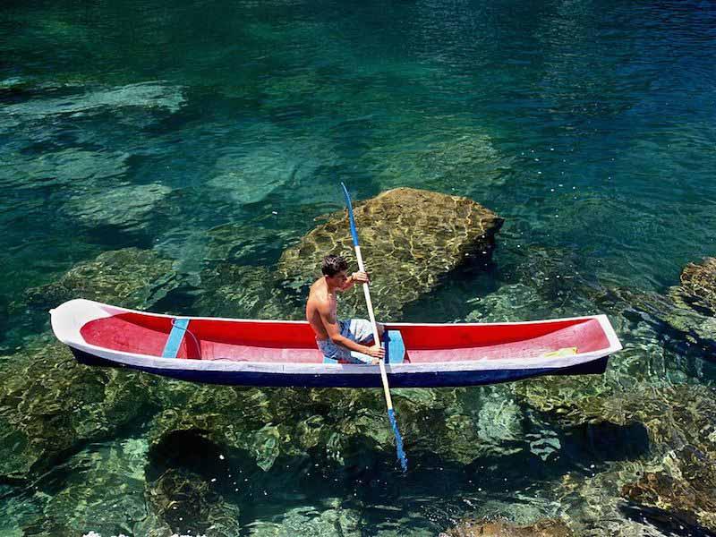 Canoa Caiçara na Praia das Enchovas (Imagem: Wikimedia Commons/Adriano Perna)