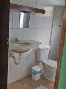 casa-entre-praia-grande-e-curral-ilhabela-banheiro-pia
