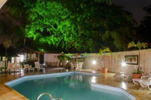 pousada-doce-villa-ilhabela-piscina-noite