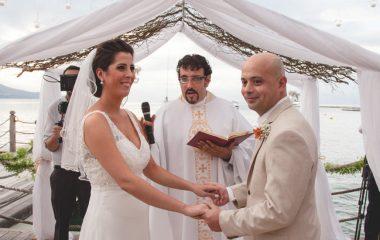 Janaina e Marcos: casar na praia, leve como a vida que levam