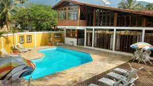 pousada-doce-villa-ilhabela-piscina-amarela