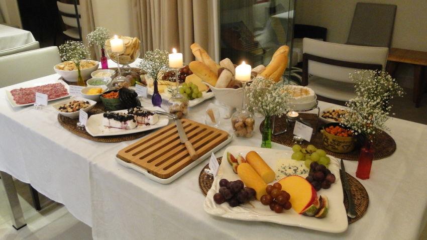 Mesa de queijos e vinhos - 5 dicas para uma anfitriã de primeira viagem - Ilhabela.com.br