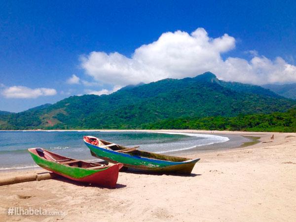 Canoas Caiçaras na Praia de Castelhanos- Viajar pra Ilhabela no Outono (foto: Ilhabela.com.br)