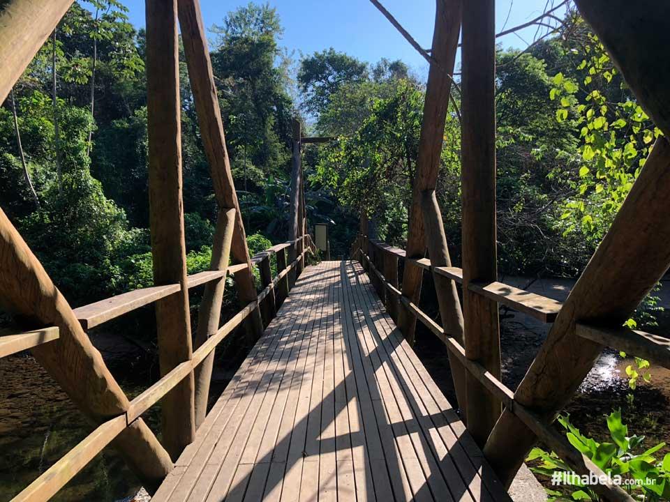 Ponte sobre Rio na Praia de Castelhanos em Ilhabela (imagem: acervo Ilhabela.com.br)
