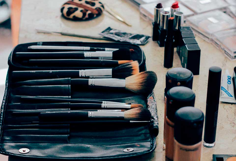 6 truques para manter a maquiagem intacta no calor - Ilhabela.com.br