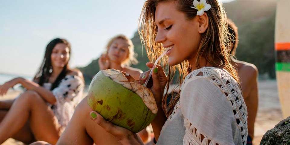 Água de coco para hidratar no carnaval - Ilhabela.com.br
