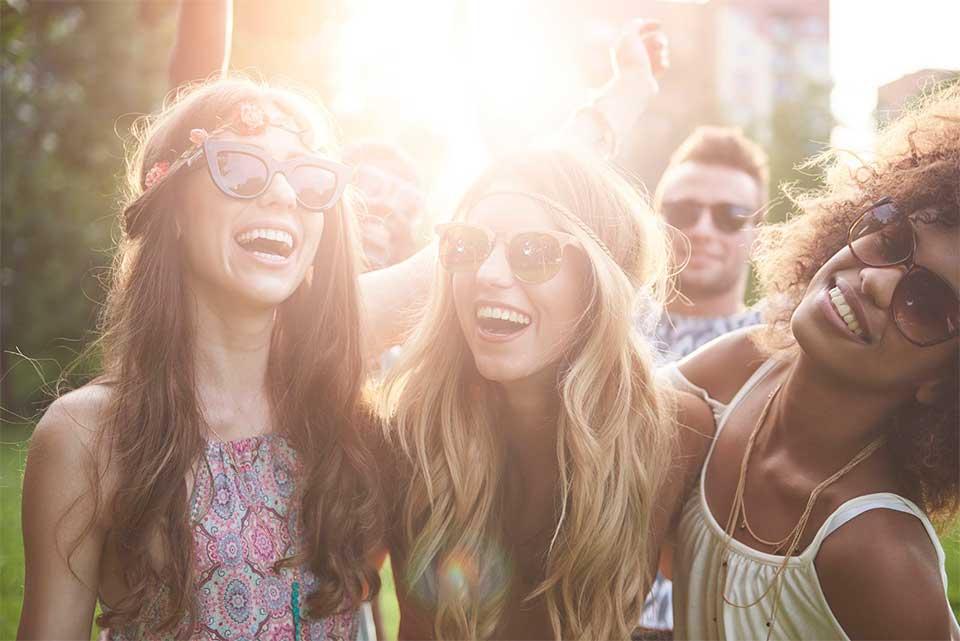 Óculos escuros protegem do sol no carnaval - Ilhabela.com.br