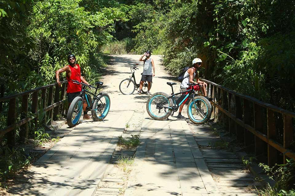 Bikes elétricas dão uma forcinha pra quem quer encarar trilhas da ilha