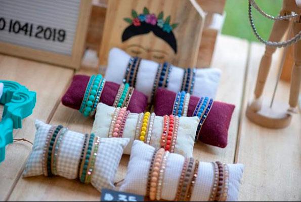 Wrapbracelets Deb Galvão, produtora local de Ilhabela (Foto: DM Fotografia)
