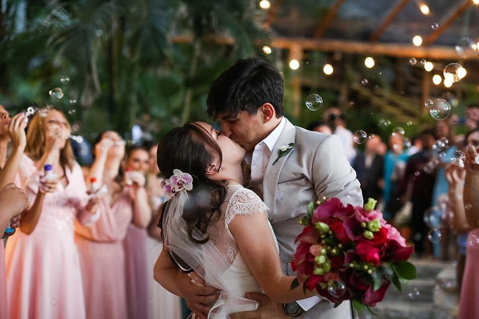 Beijo dos noivos - Casamento Bianca e Thiago - Casa de Canoa - Praia do Curral, Ilhabela (foto: Luiza Marques)
