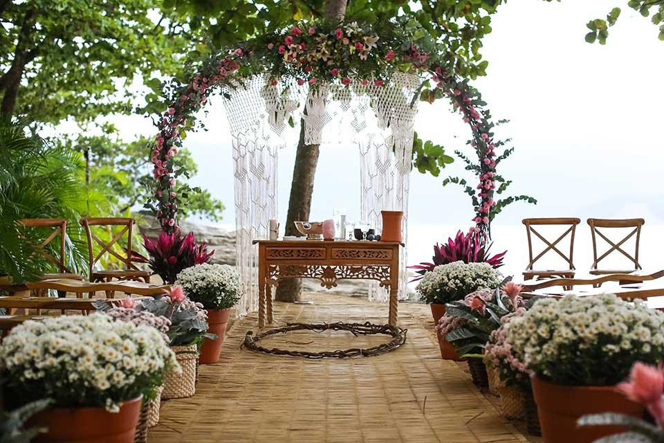 Decoração Altar - Casamento Bianca e Thiago - Casa de Canoa - Praia do Curral, Ilhabela (foto: Luiza Marques)