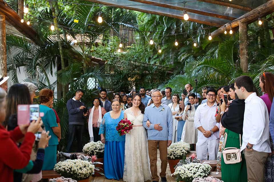 Entrada da noiva - Casamento Bianca e Thiago - Casa de Canoa - Praia do Curral, Ilhabela (foto: Luiza Marques)
