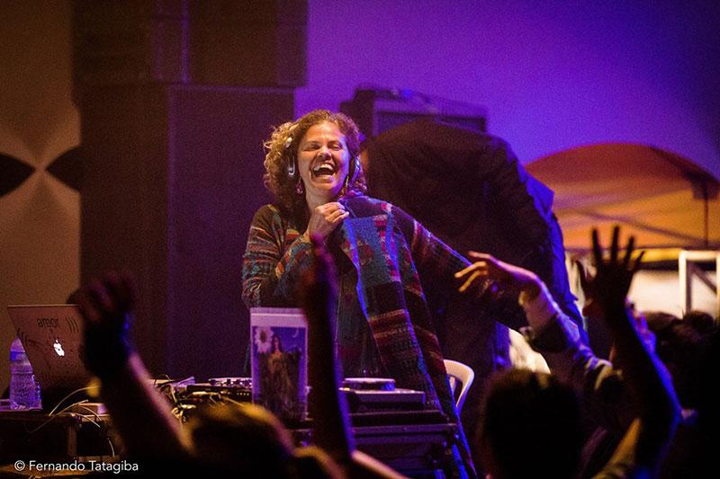 Lara Luzuah, DJ do Festival Ilumina, participa da Celebração do Ser, no Templo do Ser em Ilhabela