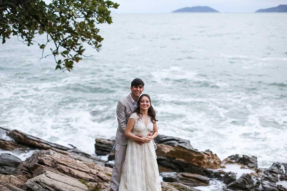Noivos - Casamento Bianca e Thiago - Casa de Canoa - Praia do Curral, Ilhabela (foto: Luiza Marques)