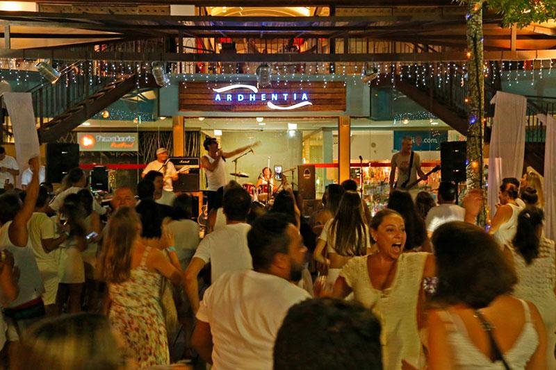 Festa de Réveillon com bandas ao vivo - Ardhentia Shopping