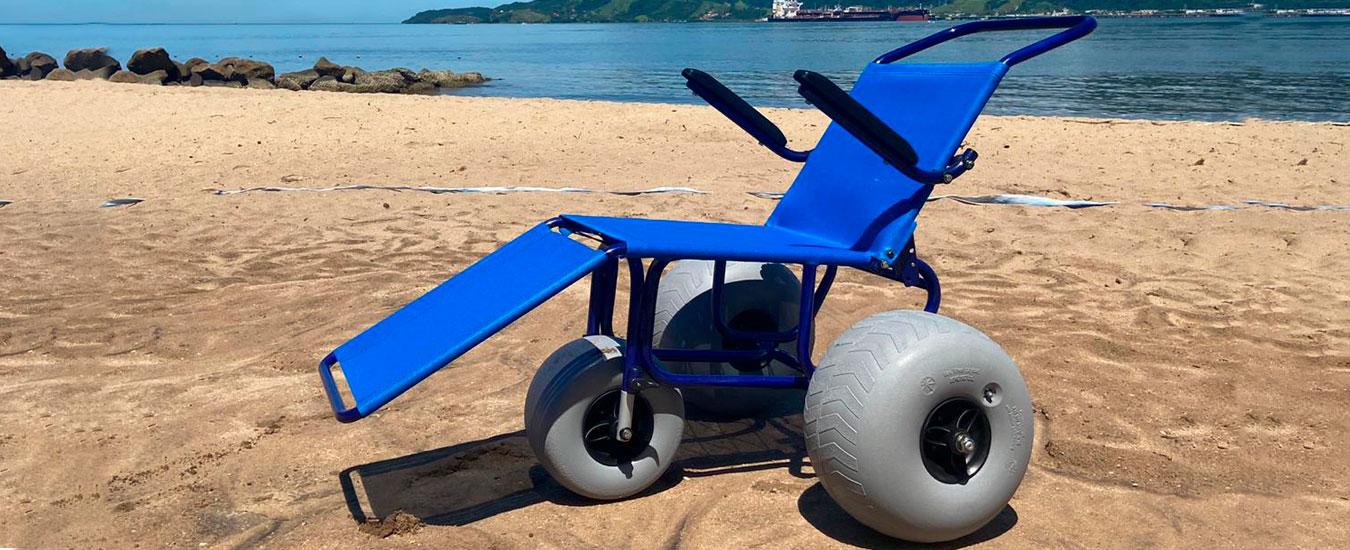 """Ilhabela tem """"cadeiras anfíbias"""" para banhistas com deficiência ou mobilidade reduzida"""